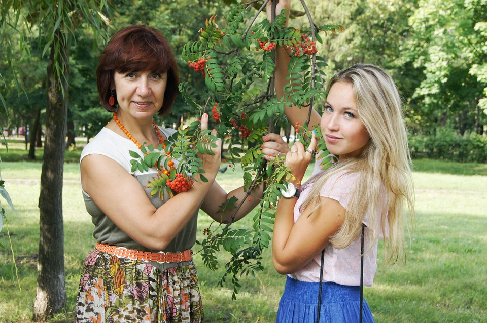 mom-and-daughter-864123_960_720